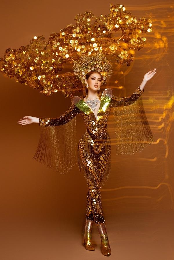 Ngọc Thảo mặc trang phục 'Lá ngọc cành vàng' gần 30 kg tại Miss Grand 2020