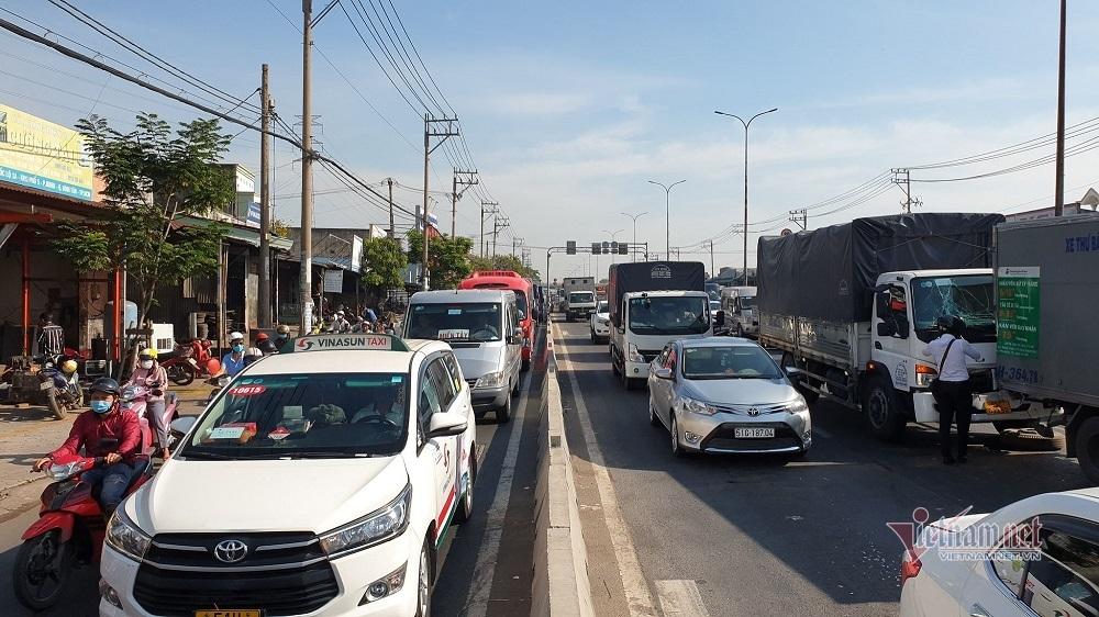 4 ô tô tông liên hoàn trên quốc lộ, giao thông kẹt cứng hơn 5km