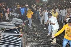 Video sập khán đài SVĐ ở Ấn Độ khiến hơn 100 người bị thương