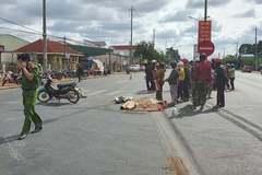Ô tô khách phanh 'cháy lốp' vẫn tông vào xe máy khiến 3 người thương vong