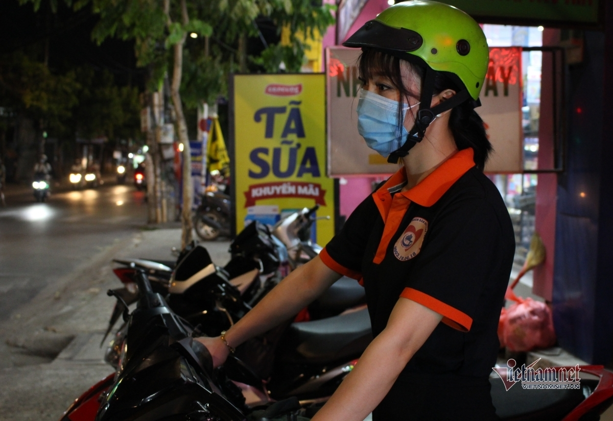 Nhóm bạn trẻ ở TP.HCM đêm ra đường cứu người gặp tai nạn