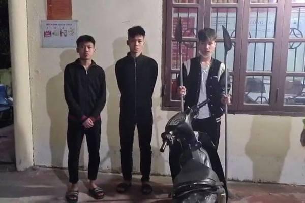 Ba thanh niên cầm hung khí đi dạo phố 'đụng' CSGT