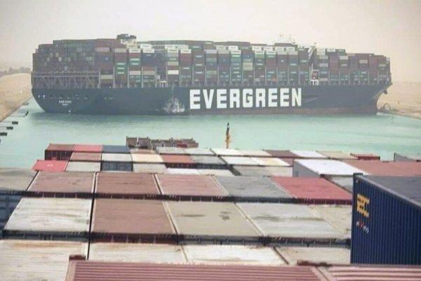 Bị tàu chở hàng khổng lồ chắn ngang, kênh đào Suez 'tắc nghẽn'