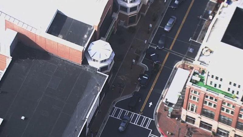 Cảnh sát Mỹ bắt giữ đối tượng mặc áo giáp mang đầy súng giữa siêu thị