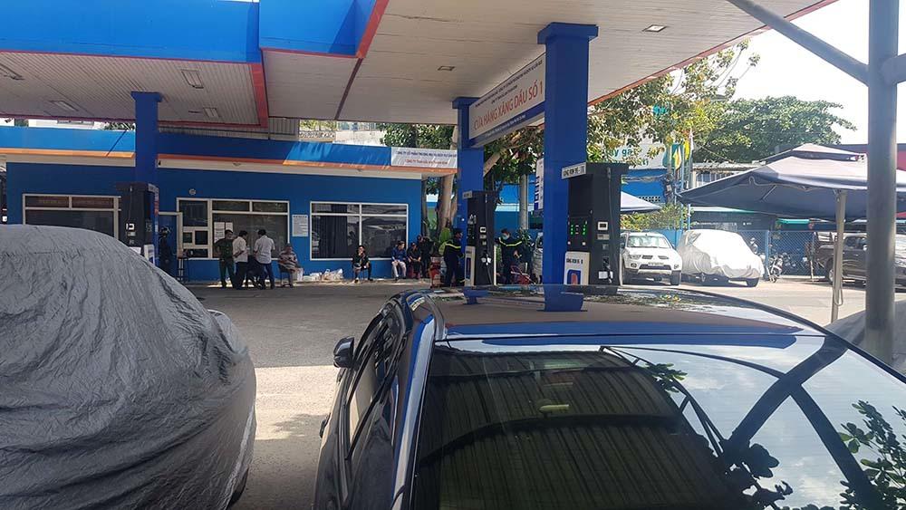 Công an vũ trang phong toả, điều tra cửa hàng xăng dầu ở Sài Gòn