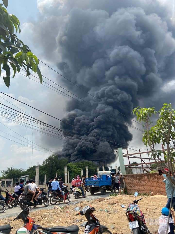 Xưởng mút cháy lớn, khói đen kín đặc ngoại ô Sài Gòn