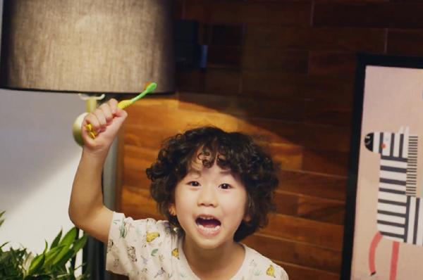 Bố mẹ làm gương cho trẻ em đánh răng sáng & tối