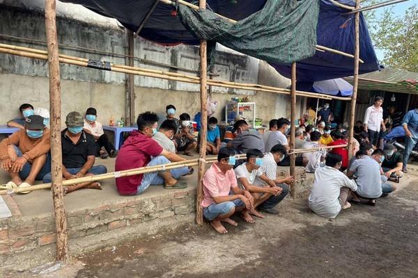 Cảnh sát chèo ghe đánh úp trường gà ven Sài Gòn