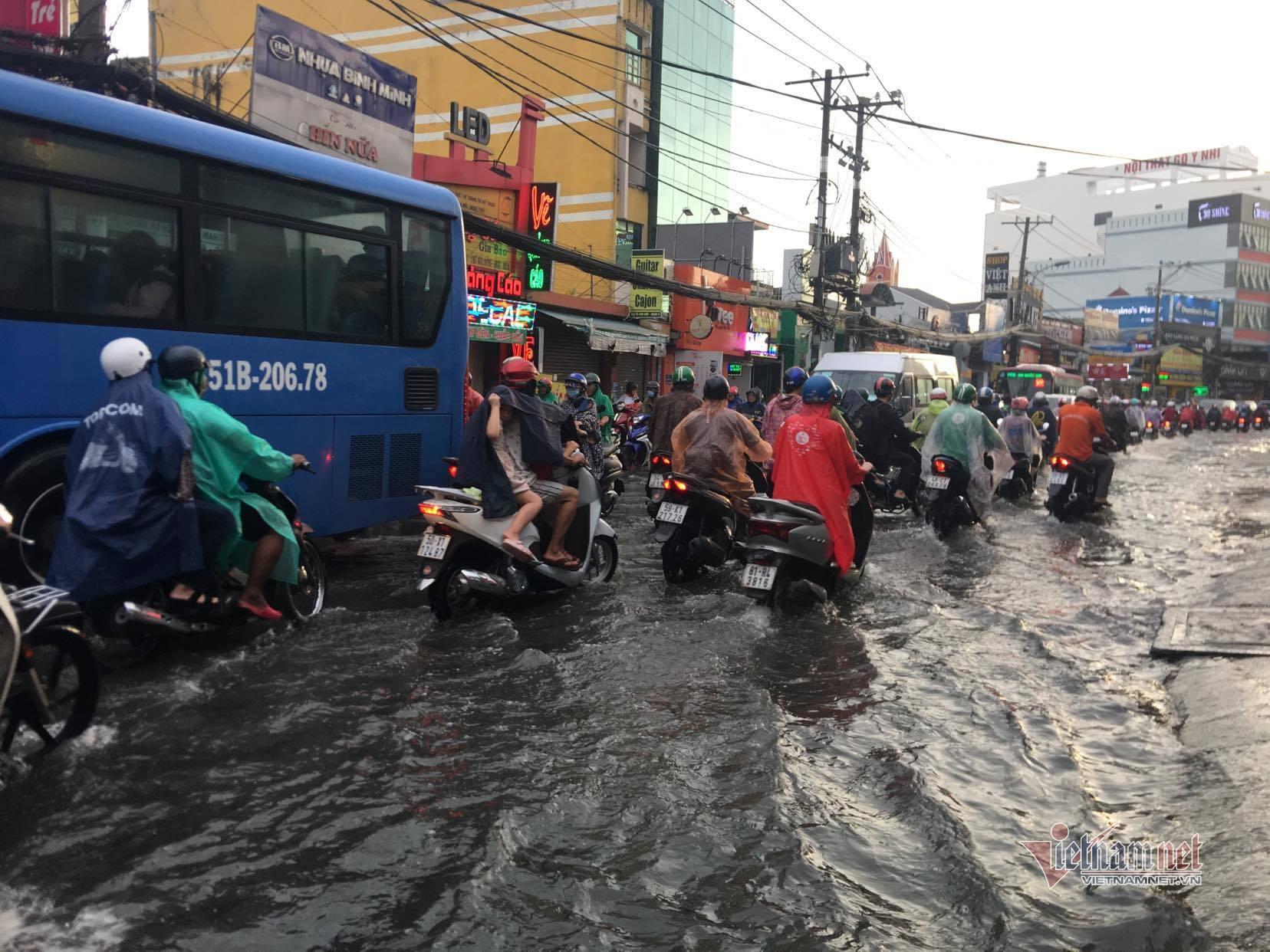 Mưa trái mùa giờ tan tầm, người Sài Gòn ướt sũng trên đường về nhà