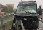 Xe Limousine tự tông vào dải phân cách, hai người thoát chết trên cao tốc