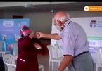 Cụ ông 85 tuổi nhảy múa tưng bừng sau khi tiêm vắc-xin ngừa Covid-19