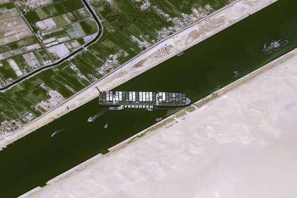 Hình ảnh hàng trăm tàu thuyền tắc nghẽn trên kênh đào Suez