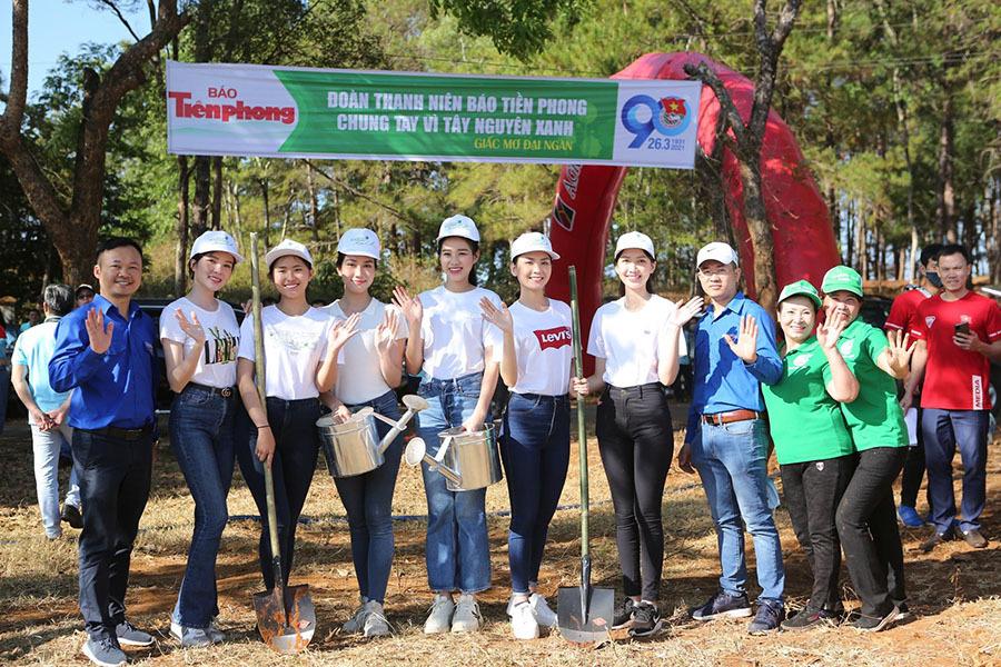 HLV Kiatisuk tiếp đón dàn Hoa hậu Việt Nam tại 'căn cứ' HAGL