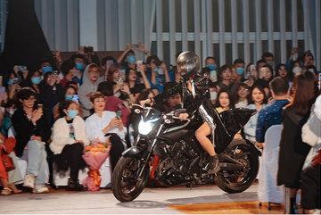 Người mẫu đi xe phân khối lớn lên sàn diễn thời trang