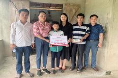 Báo VietNamNet trao hơn 100 triệu đồng tới gia đình em Nguyễn Đình Thân