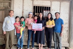 Trao 53 triệu đồng tới gia đình chị Lê Thị Hằng