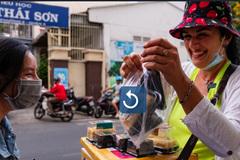 Bà Tây không biết tiếng Việt bán bánh kem dạo ở TP.HCM