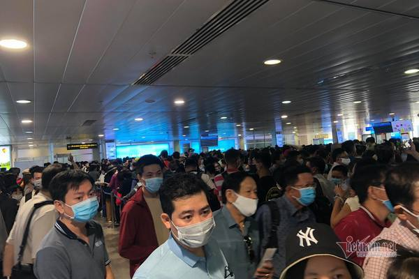 Tan Son Nhat airport packed with passengers during weekend