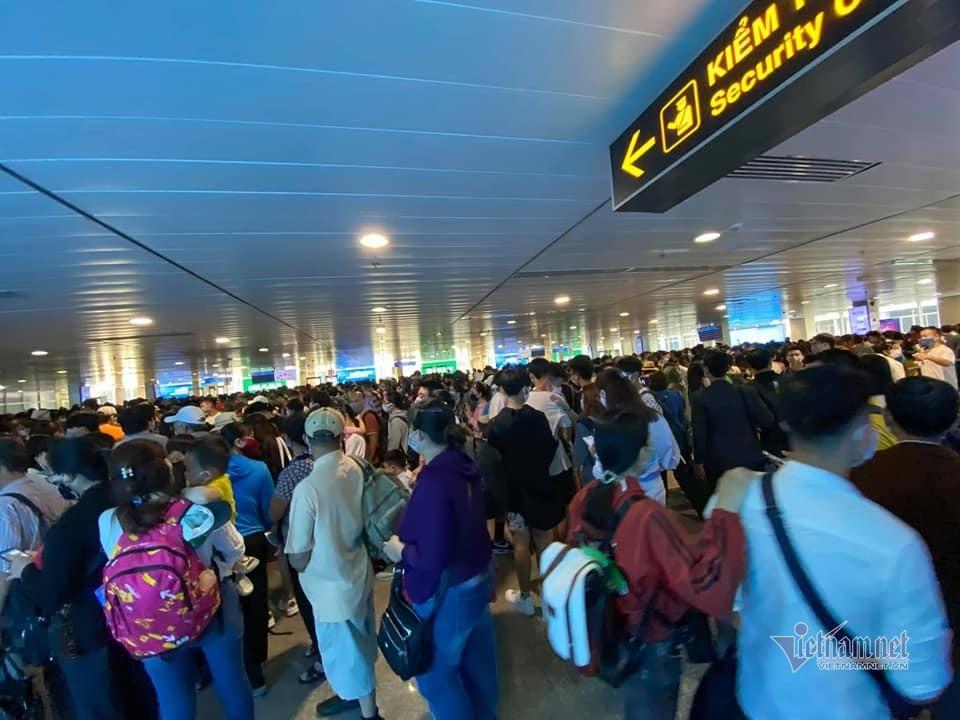 Sân bay Tân Sơn Nhất khuyến cáo khách đến sớm 2 tiếng trước giờ bay