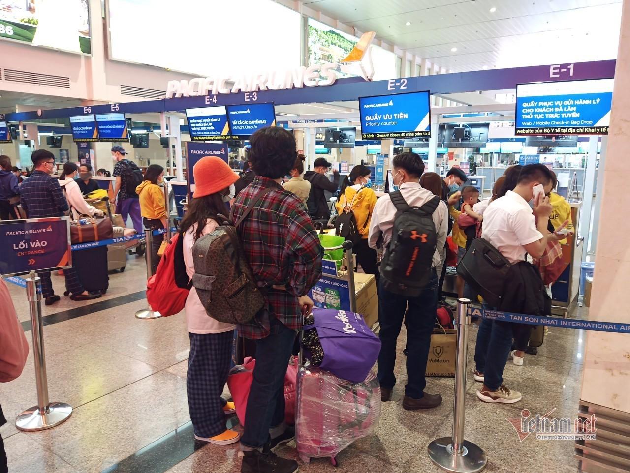 Sân bay Tân Sơn Nhất chật cứng khách ngày cuối tuần