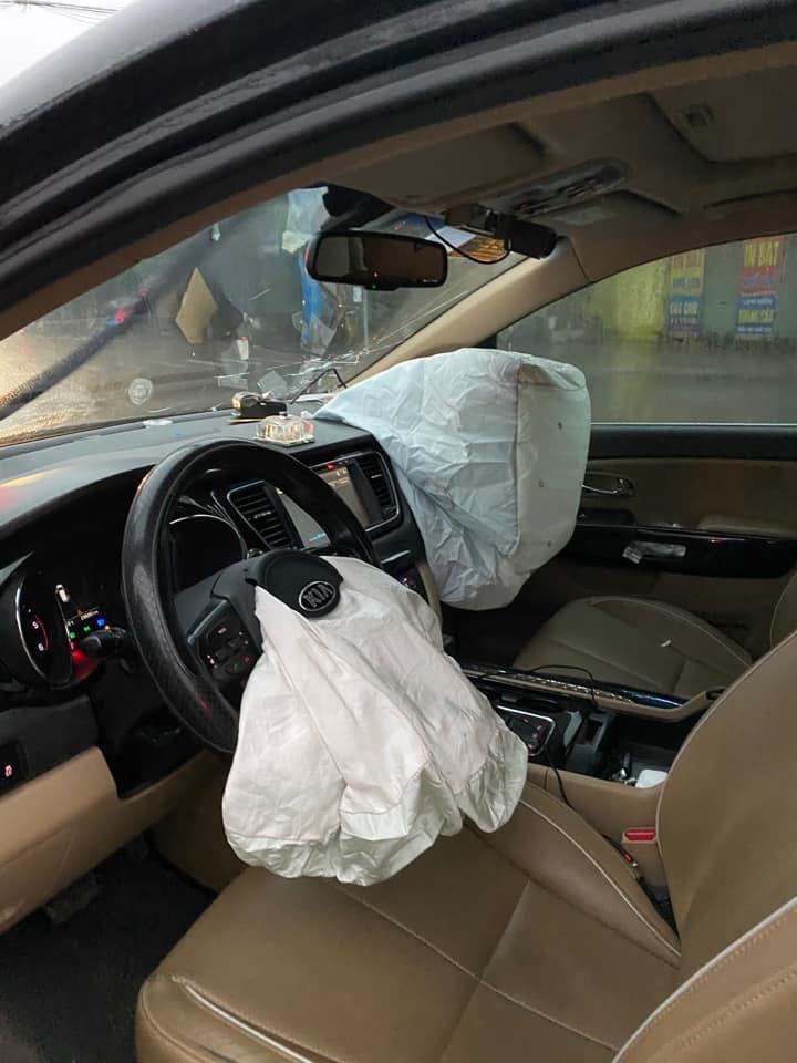Vượt đèn đỏ, VinFast Lux SA2.0 bị Kia Sedona tông gãy trục bánh trước