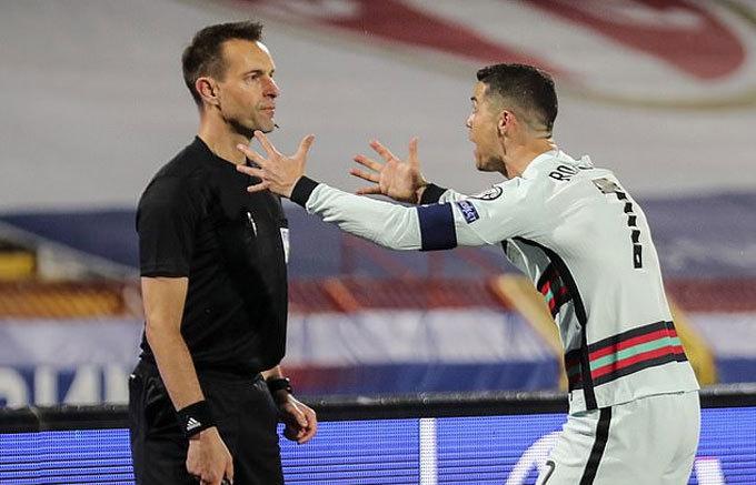 Ronaldo vứt băng đội trưởng vì bị 'cướp trắng' bàn thắng