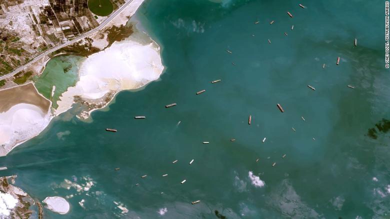 Vì sao con tàu chắn ngang kênh đào Suez gây thiệt hại toàn cầu?