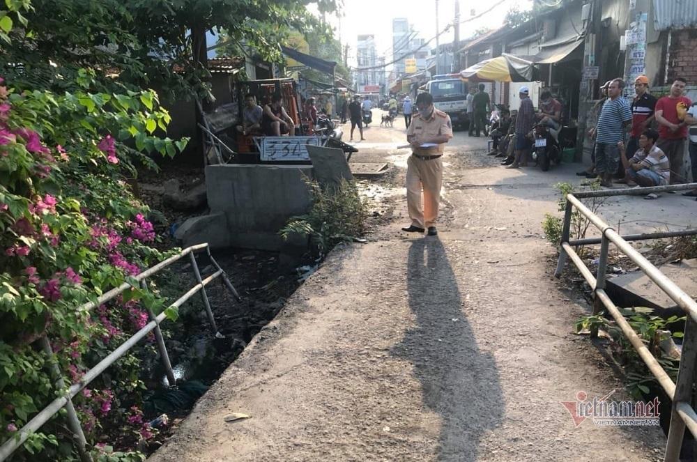 Người đàn ông tử vong dưới kênh nước đen ở Sài Gòn