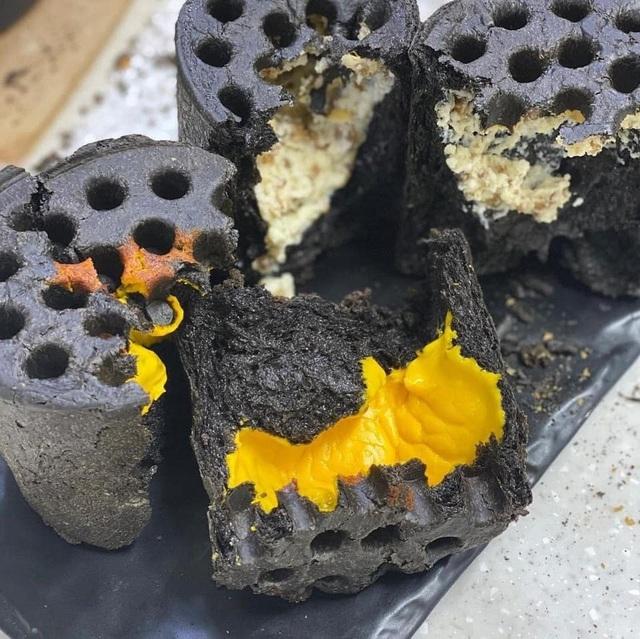 Bánh mì than tổ ong, khách tranh nhau thưởng thức ở Sài Gòn