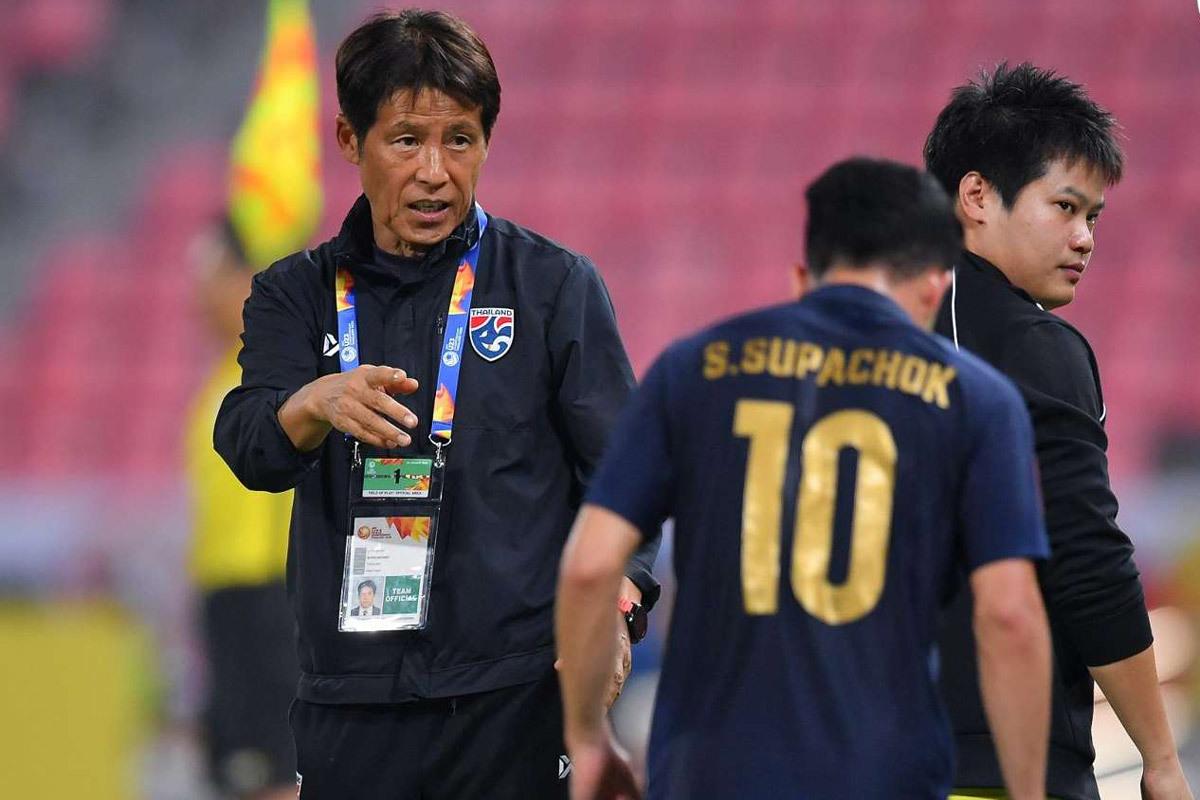 HLV Nishino: '40 tuổi vẫn có thể khoác áo tuyển Thái Lan'