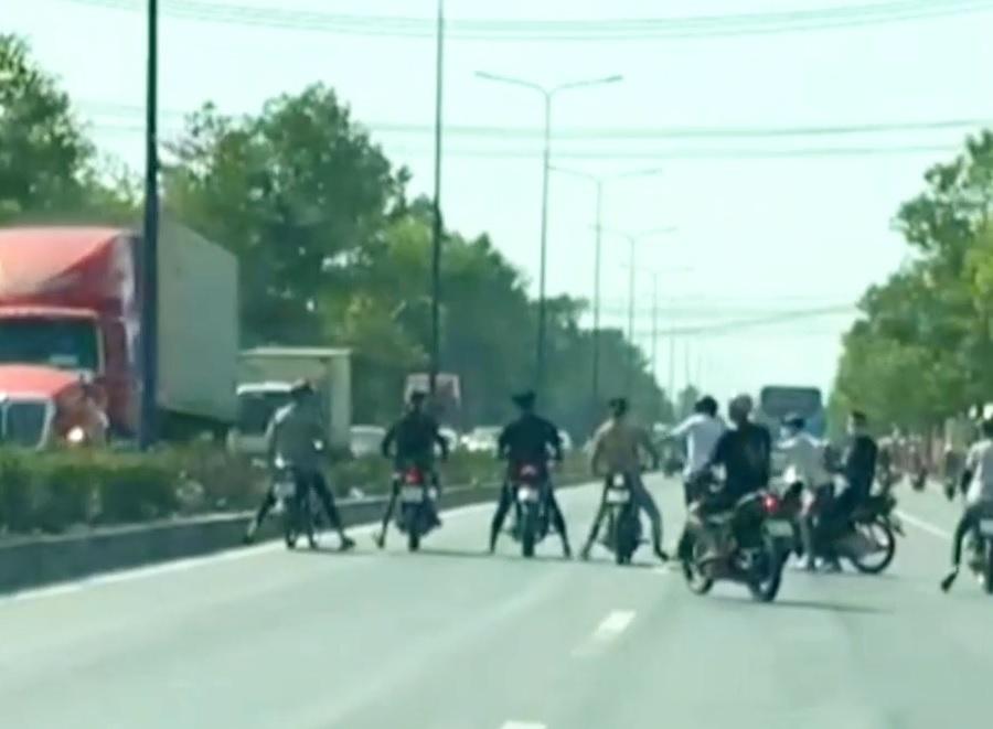 '''Quái xế'' chặn đường, dàn trận đua xe trên đường huyết mạch ở Bình Dương