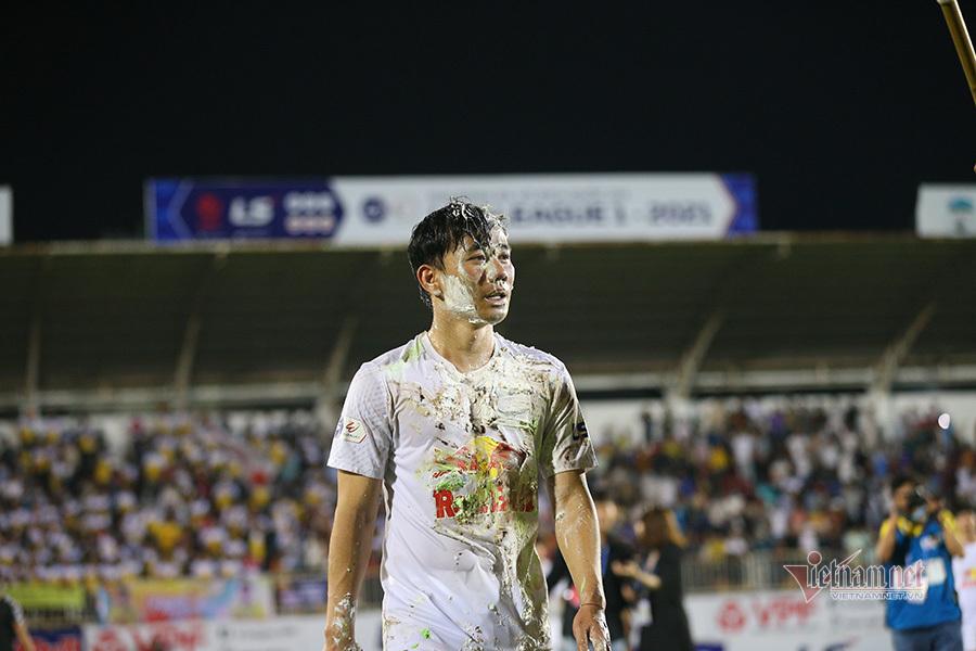Minh Vương bật khóc đón sinh nhật trong ngày HAGL thắng giòn