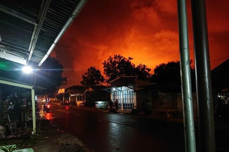Nổ nhà máy lọc dầu trong đêm, dân Indonesia cuống cuồng đi sơ tán