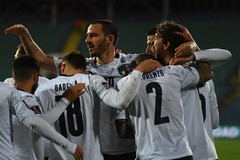 Hạ đẹp Bulgaria, Italy giữ ngôi đầu bảng