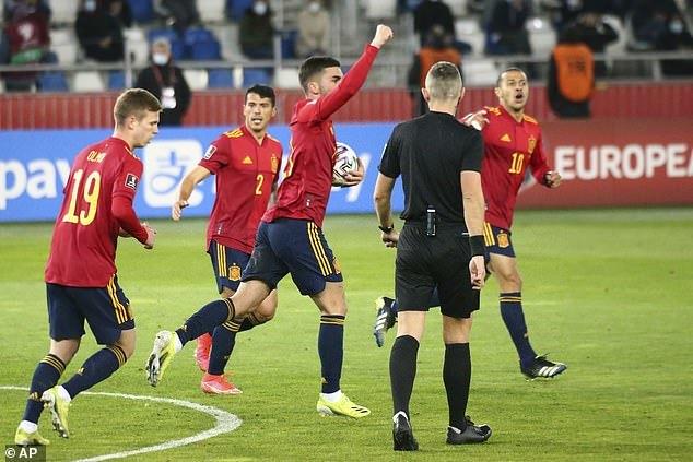 Tây Ban Nha thắng trận đầu tay nhờ siêu phẩm ở phút cuối
