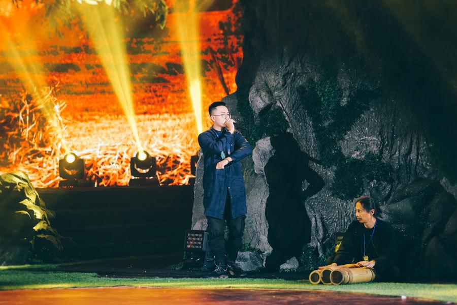 Mẹ con ca sĩ Cẩm Vân hội ngộ khán giả Hà Nội