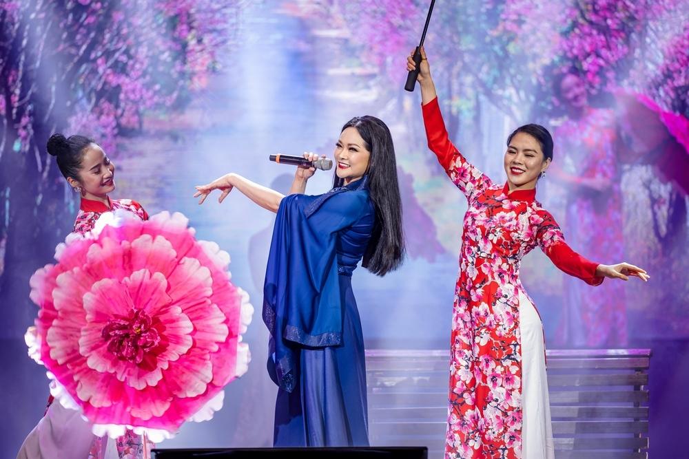 Như Quỳnh giảm phong độ, Phi Nhung mất giọng liên tục xin lỗi khán giả