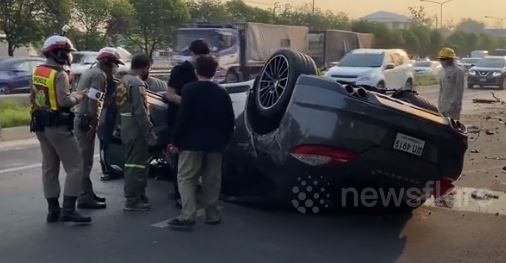 Tài xế ngủ gật khiến xe Porsche mất lái, hạ gục' cột điện