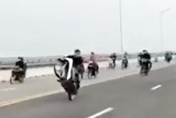 Triệu tập nhóm nam nữ bốc đầu xe máy trên cầu Cửa Hội