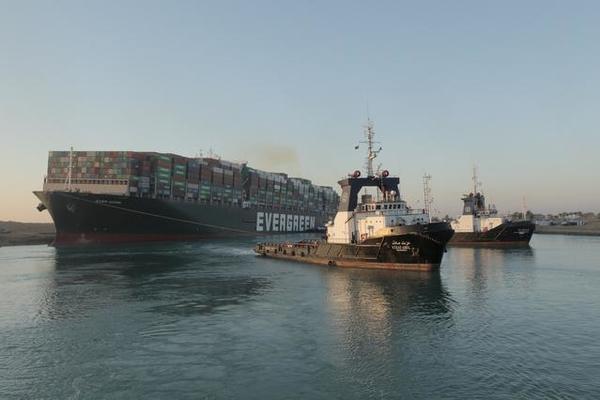 Gặp gió mạnh, tàu Ever Given lại chắn ngang kênh đào Suez
