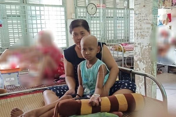 Bị ung thư di căn, bé trai 9 tuổi thoi thóp khổ sở