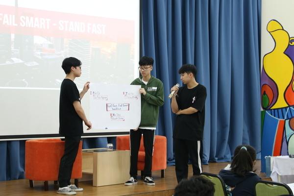 Học sinh phổ thông thi tìm hiểu về nghề nghiệp bằng tiếng Anh