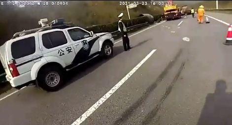 Cuộn thép 29 tấn rơi khỏi xe tải sau va chạm với ô tô con trên cao tốc