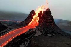 Quay cảnh phun trào núi lửa, chiếc drone suýt bị tan chảy