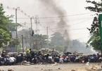 Video lính Myanmar dùng vũ khí hạng nặng bắn vào 'chiến hào' của người biểu tình