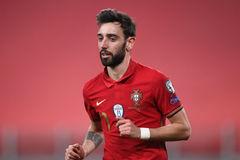 MU 'nhận quà' Bruno Fernandes, PSG âm thầm ký Aguero