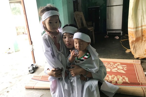 Cha mất đột ngột, hai đứa trẻ ngơ ngác bên người mẹ bệnh tim khốn khổ