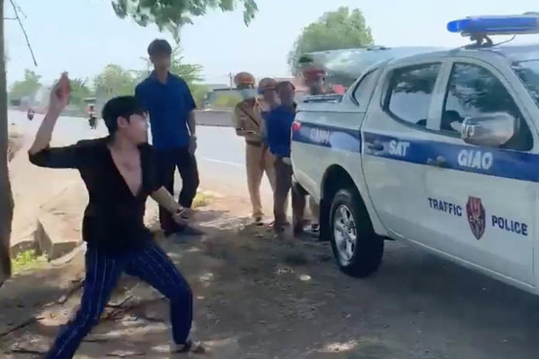 Nam thanh niên chửi bới, tấn công xe CSGT Bình Thuận