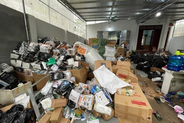 Tổng kho bán hơn nửa triệu đơn hàng lậu, đếm từ chiều đến tối chưa xong