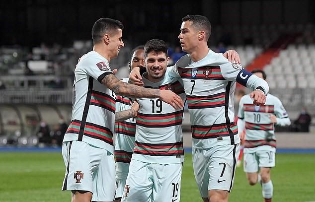 Ronaldo 'giải khát', Bồ Đào Nha chiếm ngôi đầu bảng